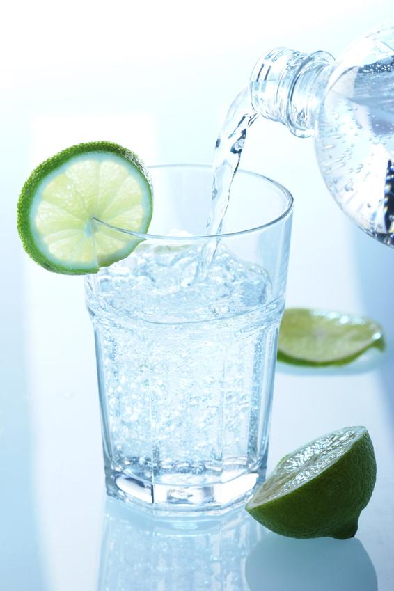 Wasserglas-mit-Flasche